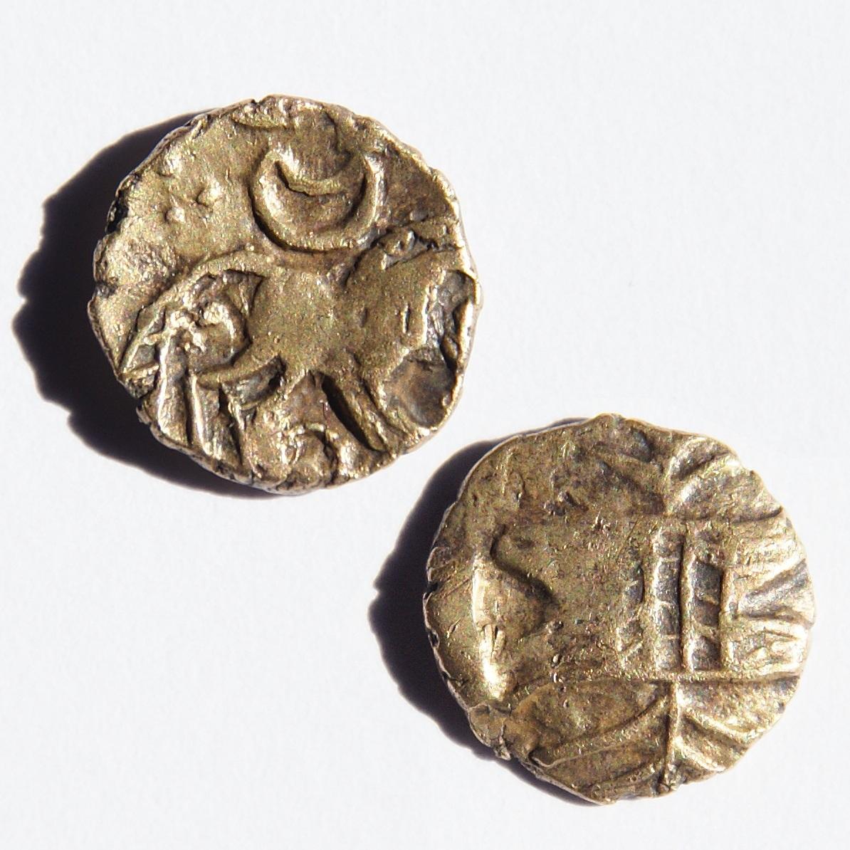 Кельтские золотые монеты из Iceni, датируемые примерно 40 годом до н.э. Имеют значительную примесь меди. На фото аверс и реверс. Диаметр - 11 мм, вес - 1 грамм.